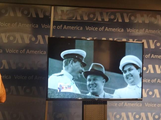 """ადრი """"ამერიკის ხმის"""" მიერ მომზდებული ფილმიდან. ვაშინგტონი, """"ამერიკის ხმის"""" შტაბბინა. ია მერკვილაძის ფოტო"""