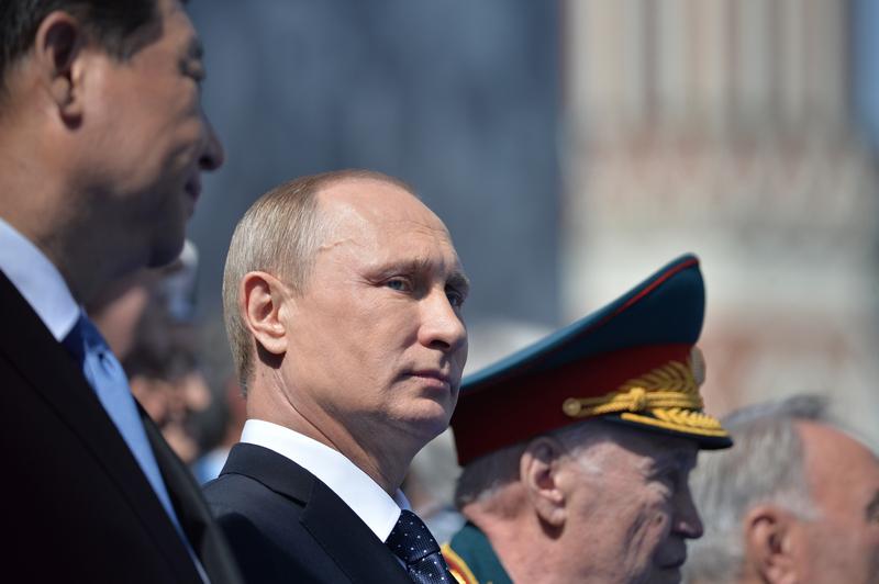 ვლადიმერ პუტინი ჩინეთის პრეზიდენტთან ერთად უყურებს სამხედრო აღლუმს. რუსეთი, მოსკოვი. ©EPA 09.05.2015