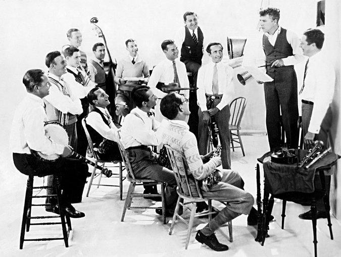ჩარლი ჩაპლინი  ორკესტრს ოქროს ციებ–ცხელებისთვის დაწერილი მუსიკის შესახებ ესაუბრება. 1925 წ.